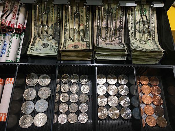 Những tờ tiền, đồng xu được xếp ngay ngắn cũng khiến ta có cảm hứng bắt đầu ngày mới hơn.