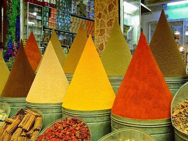 Những tháp ớt bột tạo nên bức tranh màu sắc vô cùng rực rỡ.