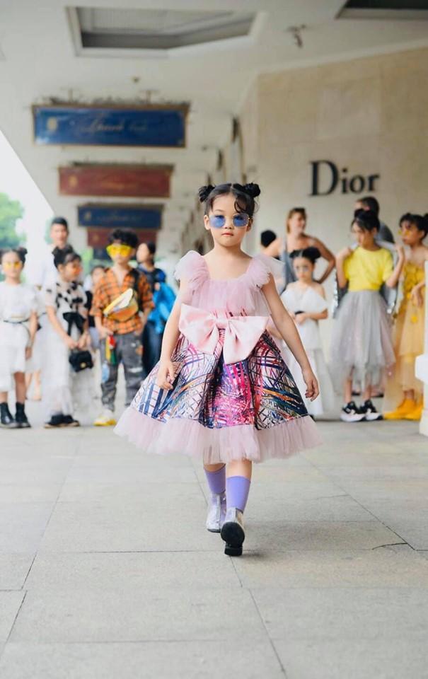 Cô bé vô gia cư trên vỉa hè Hà Nội từng gây sốt vì tự phối đồ cực chất bất ngờ hoá thiên thần, tự tin trình diễn thời trang bên bờ hồ Hoàn Kiếm ảnh 10