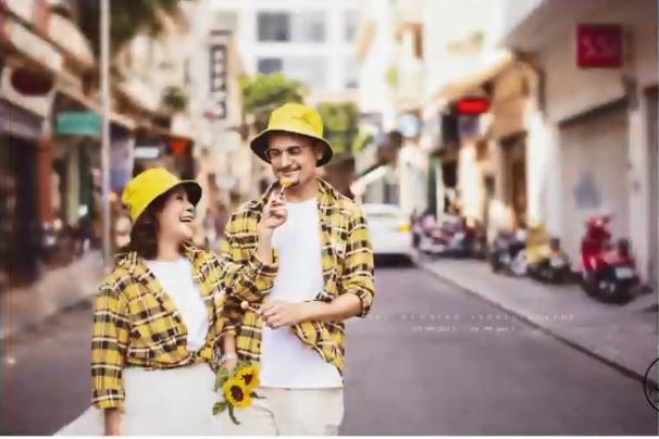 Cô dâu Việt 65 tuổi hé lộ ảnh cưới chất như nước cất với chồng Tây 24 tuổi ảnh 1