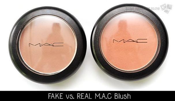 Phấn má của MAC xịn có màu sắc pha lẫn của ánh nâu, cam pha hồng đất trong khi hàng nhái chỉ có 1 màu nâu kém sang và già nua.