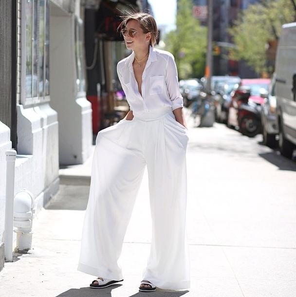 Một cây trắng cũng đủ bạn nổi bật giữa phố, sơ mi vải mỏng là sự lựa chọn tinh tế, thoải mái hơn nữa khi bạn đi cùng sandals bánh mì.