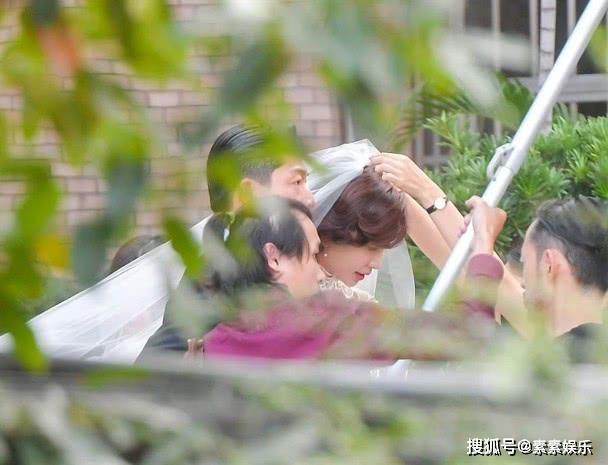 Lâm Chí Linh diện váy cưới xinh đẹp, ngọt ngào khoác tay ông xã tập dợt hôn lễ ảnh 1