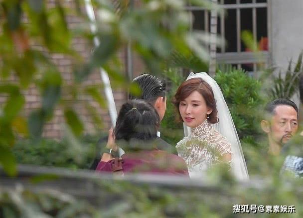 Lâm Chí Linh diện váy cưới xinh đẹp, ngọt ngào khoác tay ông xã tập dợt hôn lễ ảnh 2