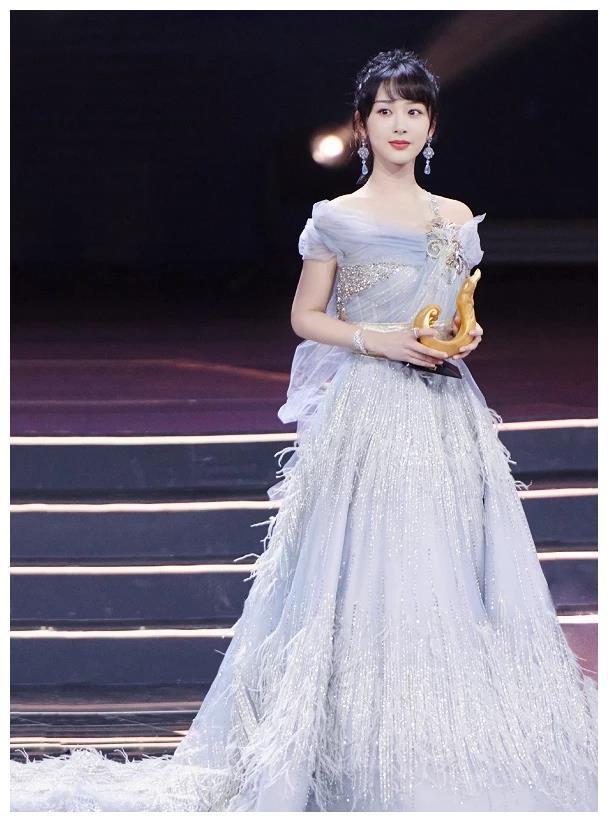 Dương Tử rực rỡ với chiếc váy sang trọng