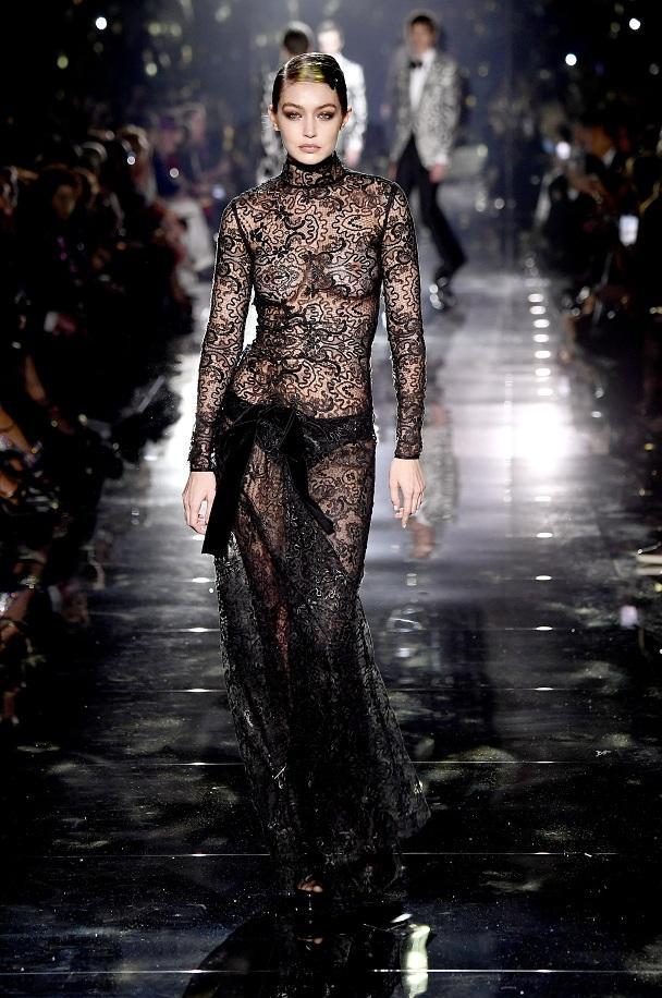 Cơ thể đẹp tuyệt mỹ của Gigi Hadid trong bộ váy ren trong suốt của Tom Ford