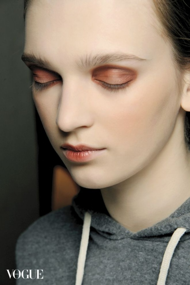 Vì sao người ta trang điểm mắt khói đẹp, còn bạn cứ như thiếu ngủ lâu ngày? ảnh 8