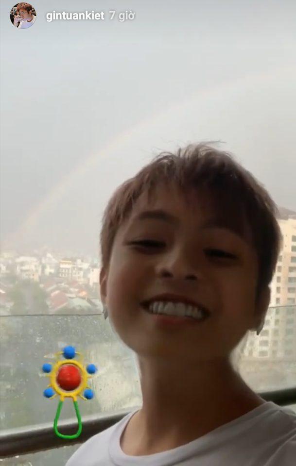 Gin Tuấn Kiệt cũng đầy đáng yêu khi trở về thời trẻ con