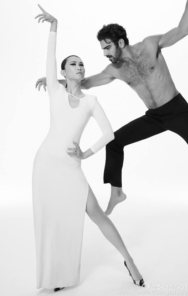 Xuất hiện khá ấn tượng với Quán quân của America's Next Top Model mùa 22 - Nyle DiMarco