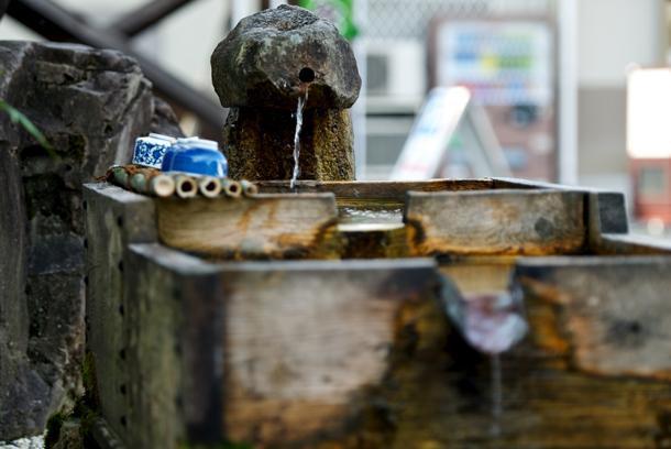 Bạn có thể uống trực tiếp nước lấy từ suối khi đến với Gujo Hachiman.