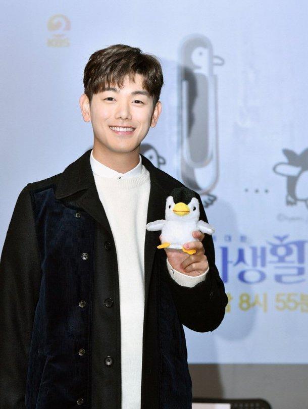 Eric Nam tham gia với tư cách là dịch giả và nhà quay phim đặc biệt