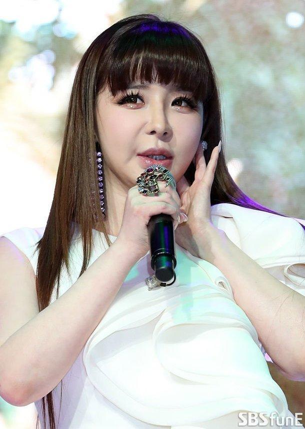 Khuôn mặt thô cứng của Park Bom tại showcase đang là chủ đề bàn tán của cư dân mạng Hàn Quốc.
