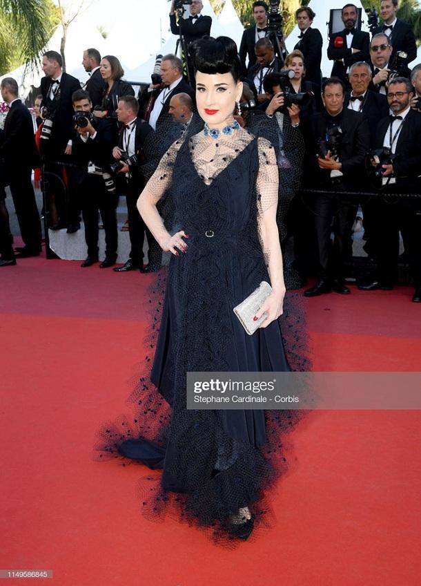 Nữ hoàng thoát y đình đám Hollywood Dita Von Teese vẫn luôn trung thành với style cổ điển sang trọng trong chiếc váy đen phối ren cùng bộ trang sức lấp lánh