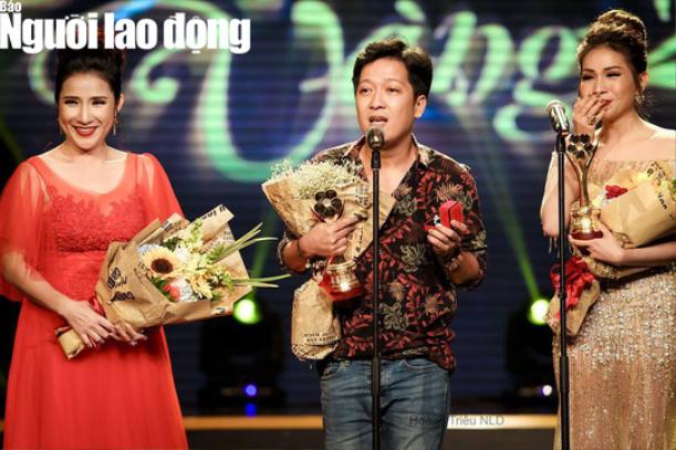 Trường Giang cầm nhẫn cầu hôn trên sân khấu. (Nguồn ảnh: Người lao động).