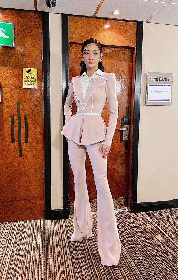 Kiều quần ống loe khá giống với bộ suit H'Hen Niê.