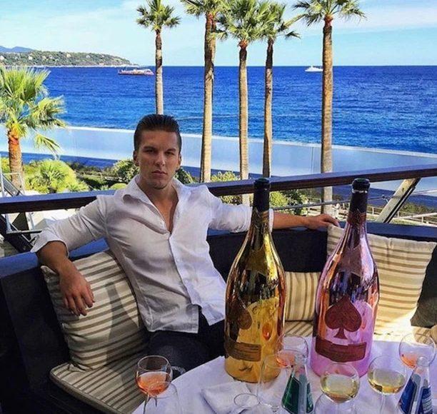 Thiếu gia tận hưởng cuộc sống sang chảnh bên ly rượu sâm banh bên biển.
