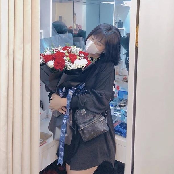 Bạn gái Huy Hùng say sưa nhận quà Valentine. Ảnh: FBNV.