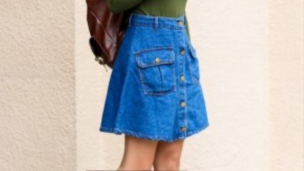 Khéo léo kết hợp chân váy denim với áo thun một màu, cô nàng nổi bật khi xuống phố.