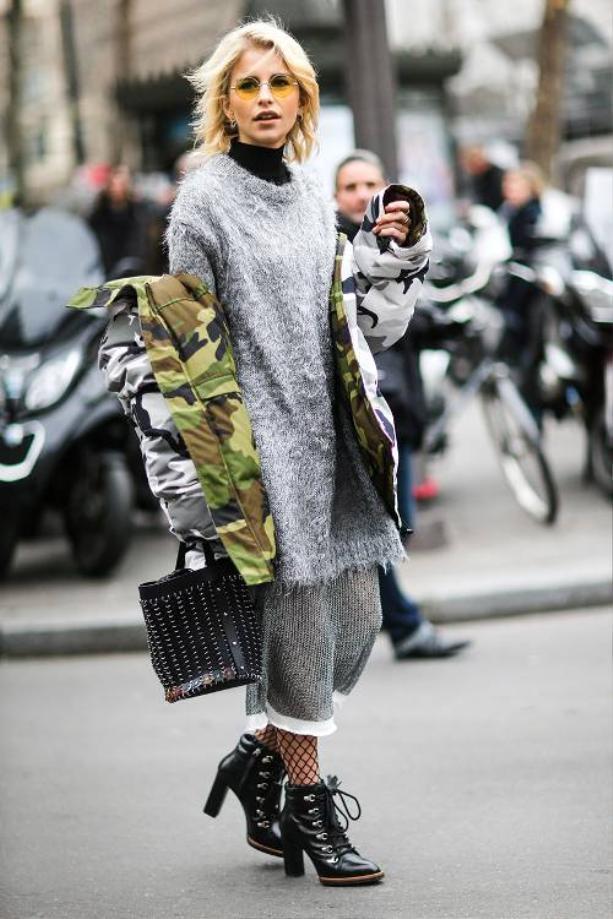 Khoe khéo lớp áo khoác bên trong bằng một lớp jacket camo trễ vai bên ngoài.