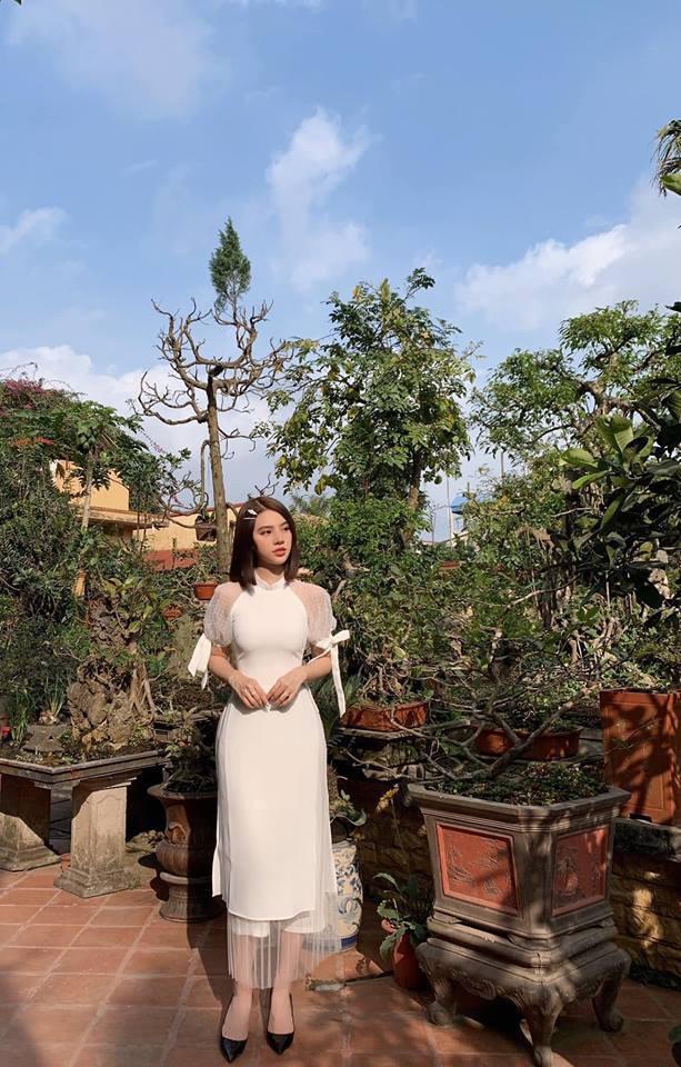 Jolie Nguyễn cũng chưng diện kiểu áo như thế, chỉ khác màu.