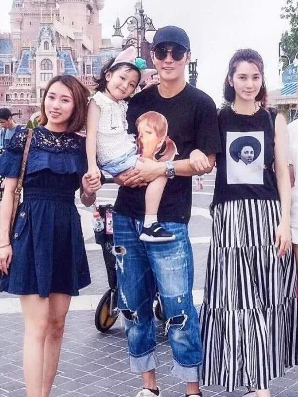 Tất Oánh (ngoài cùng bên trái) chụp cùng gia đình Trương Đan Phong – Hồng Hân