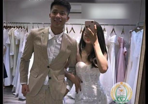 Chỉ còn ít tháng nữa, Phan Văn Đức và bạn gái sẽ về chung một nhà. Trước ngày vui trọng đại, những bức ảnh hậu trường của cặp đôi đã được hé lộ.Theo đó, Văn Đức diện 1 bộ vest màu be.Trong khi đó, Nhật Linh nhẹ nhàng với 1 thiết kế váy cưới màu trắng thanh khiết.