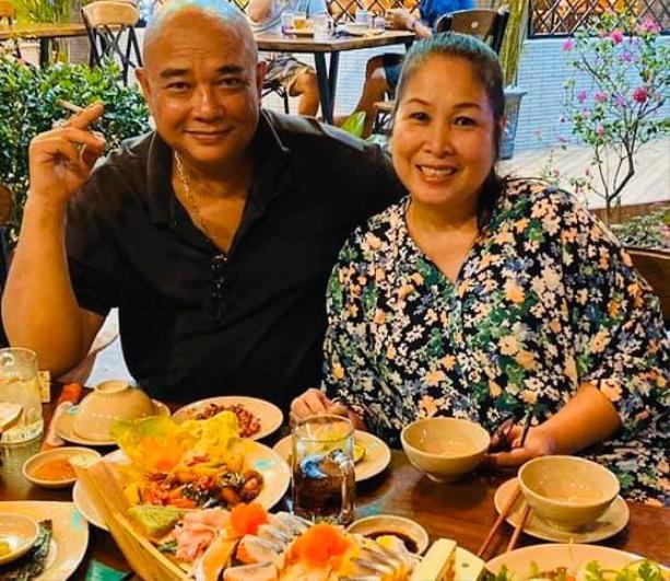 Trải qua 2 thập niên gắn bó bên nhau, tình cảm của vợ chồng NSND Hồng Vân và diễn viên Lê Tuấn Anh dường như vẫn còn vẹn nguyên như những ngày đầu mới yêu.