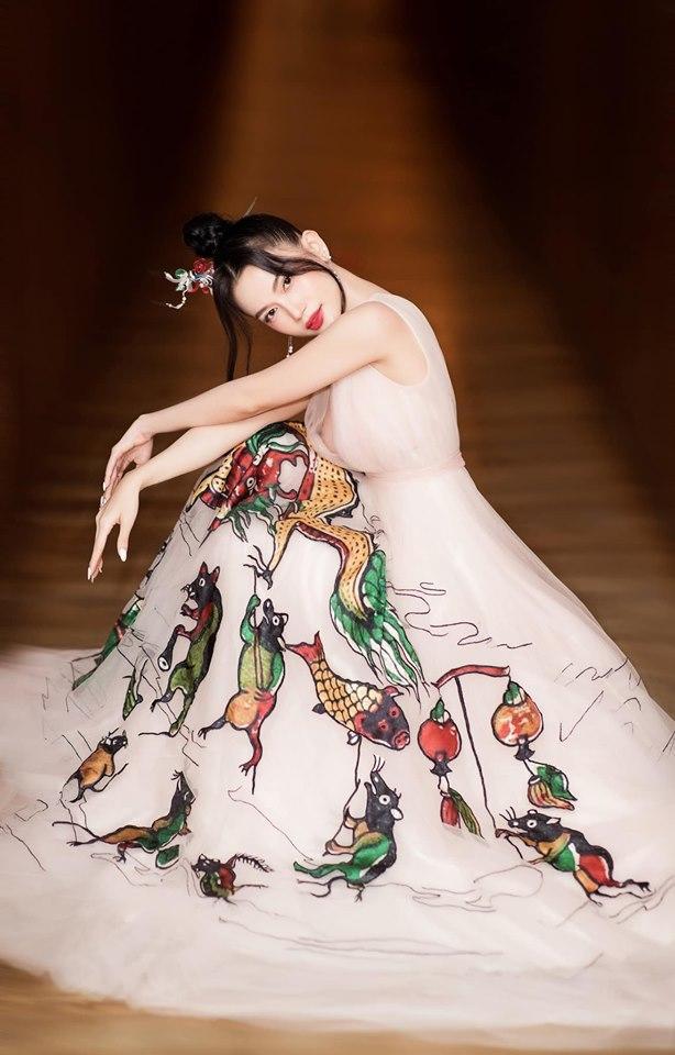 """Chiếc váy với tranh Đông Hồ """"chuột rước rồng"""" của Sĩ Thanh thật sự xứng đáng 10 điểm, cả về phom dáng lẫn lối trang trí."""