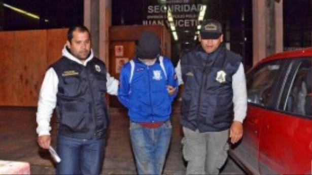 Ông Eduardo Oviedo bị cảnh sát bắt giữ để điều tra.