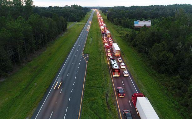 Hàng ngàn cư dân Florida đang lái xe di chuyển ra khỏi bang.