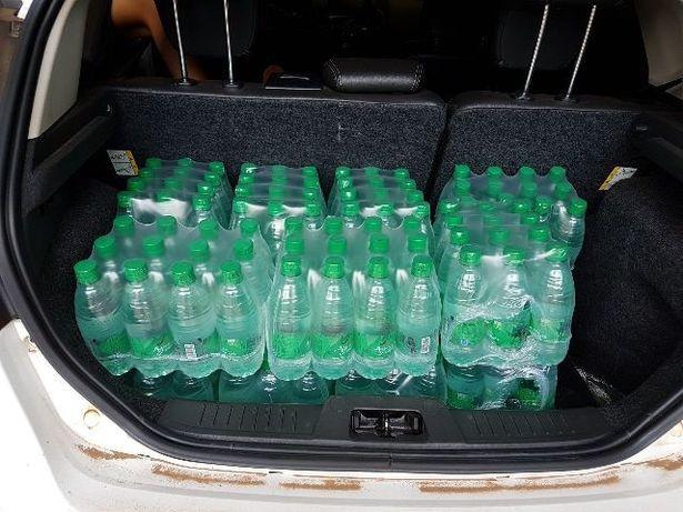 Sau khi bức ảnh được đăng tải, nhiều người đã quyên góp nước và một số đồ dùng cho các em bé ở đây.