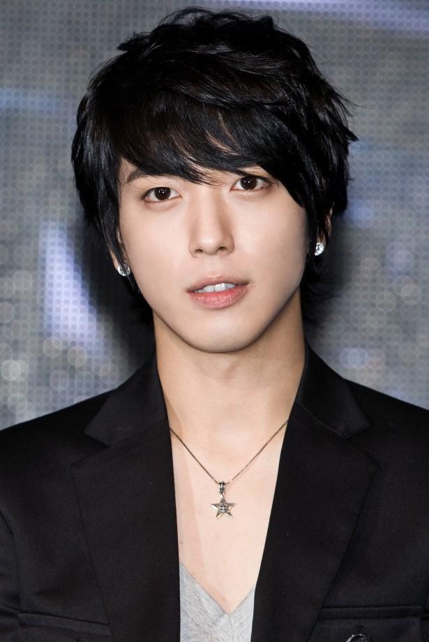Jung Yonghwa (CNBLUE) bị netizen nghi vấn do có tiểu sử tương đồng với nghi phạm.