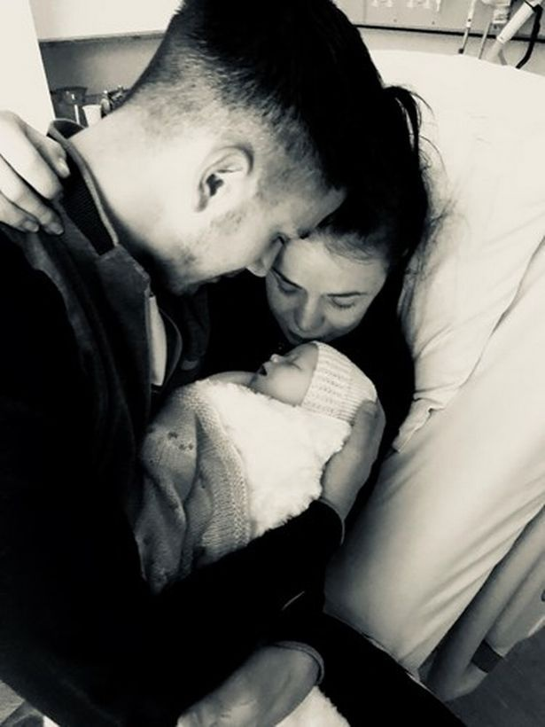 Vợ chồng chịAimee Green bên đứa con đã qua đời ngay sau khi sinh vì phương pháp sinh nở thuận tự nhiên tại nhà.