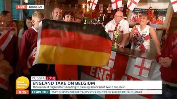 Nữ phóng viên AnhKaty Rickitt cầm quốc kỳ Đức trên tay.
