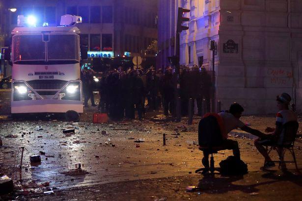 Cảnh sát tại Pháp có khoảng thời gian làm việc vất vả khi tìm cách ngăn cản các cổ động viên quá khích. Khoảng 4.000 cảnh sát đã được huy động trên khắp thủ đô Paris để bảo đảm an ninh.Ảnh: Reuters