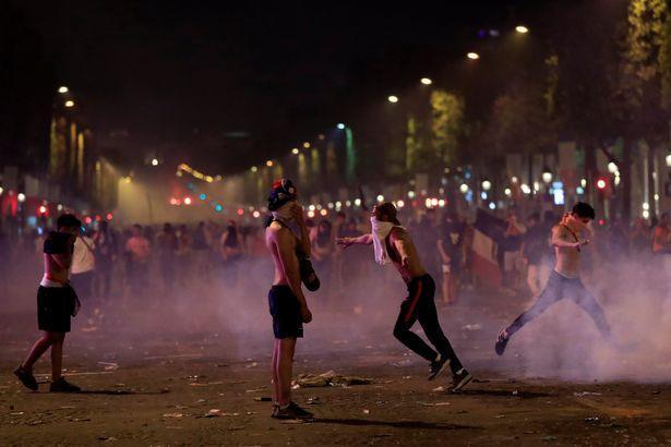 Chiếc cúp vô địch khiến cả nước Pháp hỗn loạn. Ảnh: Reuters