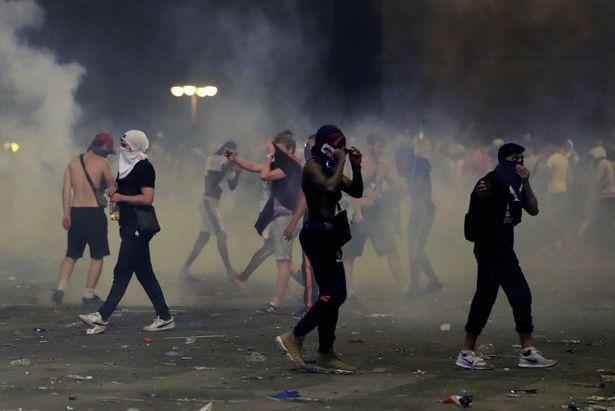 Ngoài pháo sáng, các cổ động viên còn ném chai lọ và sử dụng khí gas.Ảnh: Reuters