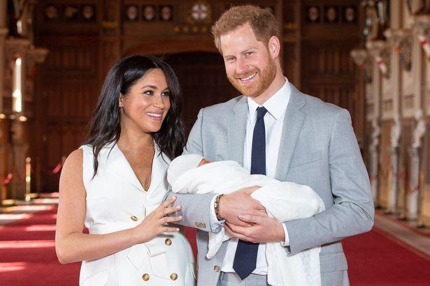 Hoàng tử Harry và công nương Meghan chụp ảnh cùng con trai mới sinh.