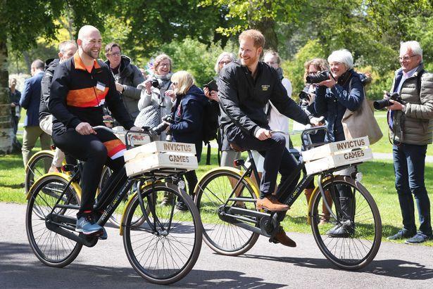 Hoàng tử Harry đạp xe cùng cựu binh Dennis van der Stroon.