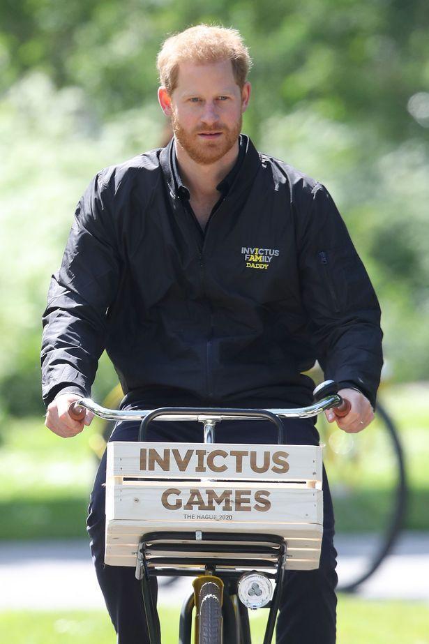 Hoàng tử Harry mặc chiếc áo có dòng chữ I am Daddy.