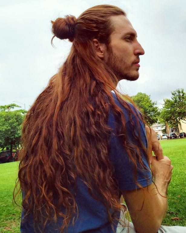 Cristiano nói rằng anh chỉ tốn 5 phút để gội mái tóc dài 60cm của mình.