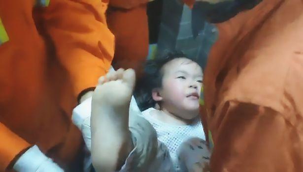 Đội lính cứu hỏa đã nỗ lực giải cứu em bé