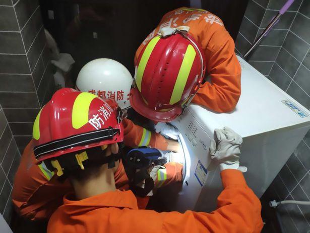 Một đội cứu hỏa đã được điều động để đưa em bé ra ngoài máy giặt