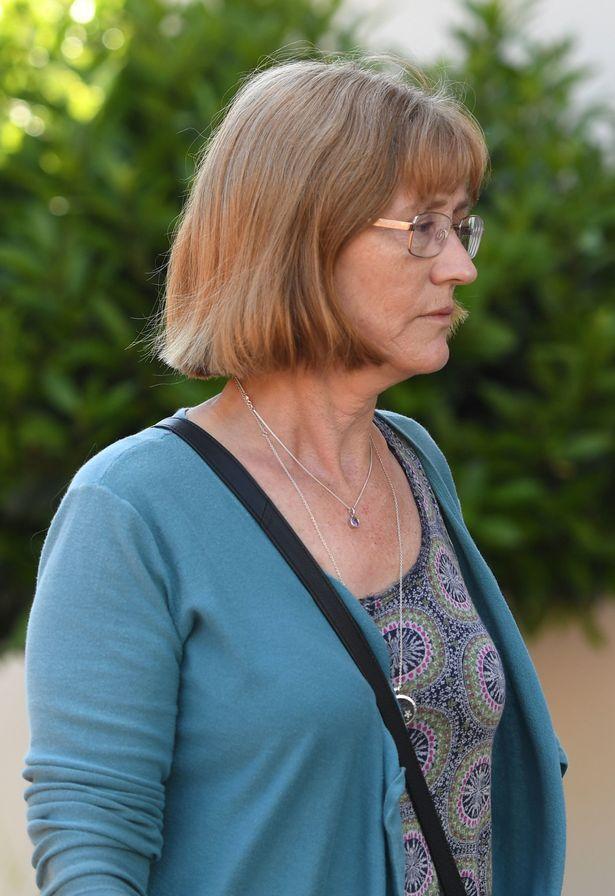 Bà Andrea King, mẹ của Rosa King, bên ngoài khu vực diễn ra buổi điều tra.