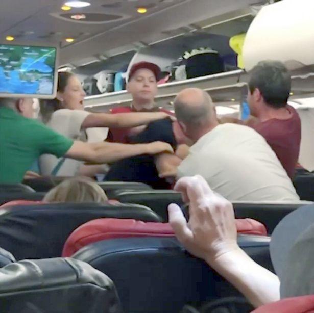 Bộ ba gây chuyện đã bị trục xuất khỏi máy bay.