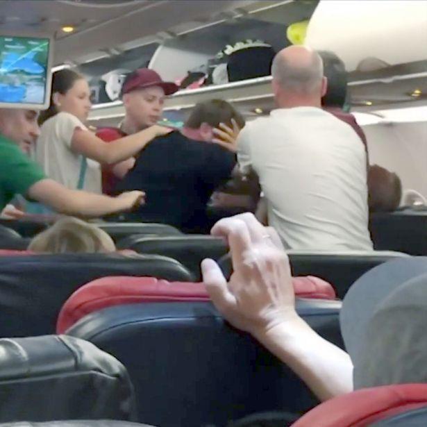 Hai người đánh nhau kịch liệt mặc cho đám đông can ngăn.