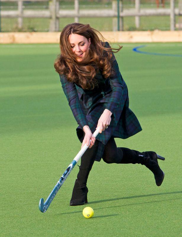 Yêu thích thể thao trong mọi hoàn cảnh, kể cả có đang mặc một chiếc váy caro thanh lịch cùng đôi boots cao. Rất nhiều hình ảnh đẹp của Công nương Kate đã gây ấn tượng với mọi người bởi vẻ đẹp khỏe khoắn, trẻ trung và năng động.