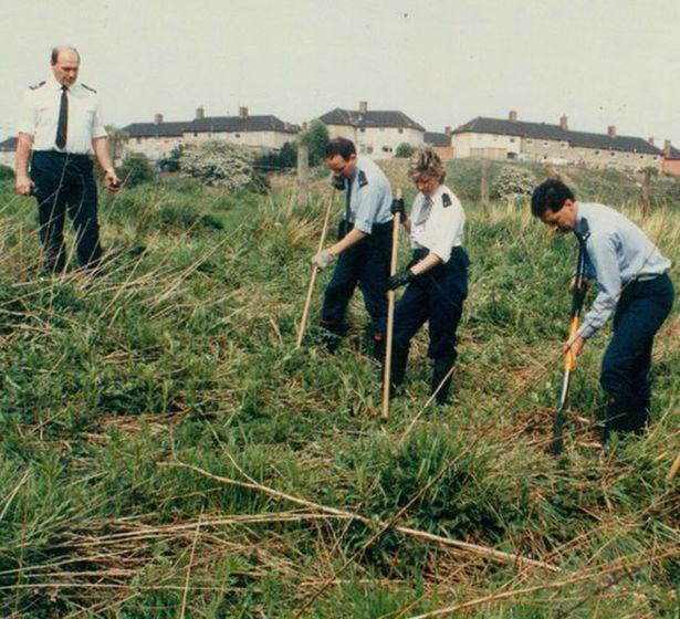 Cảnh sát khám xét nơi phát hiện thi thể.