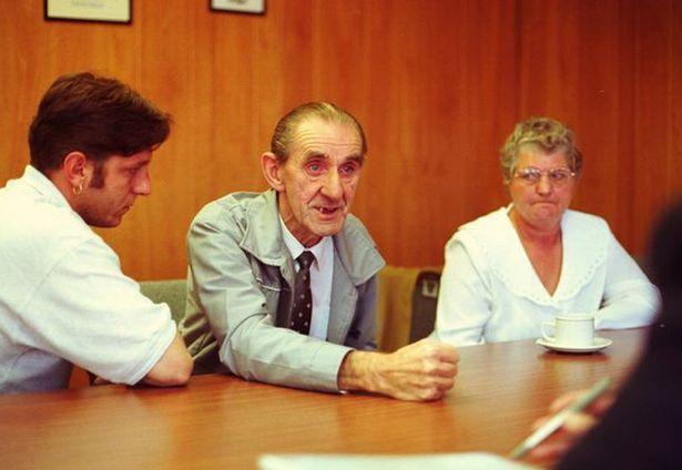 Bố mẹ và anh trai của Tina tại cơ quan điều tra, năm 1999.