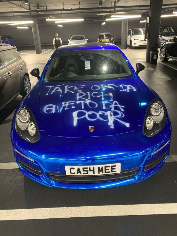 Hình ảnh siêu xe Porsche trị giá hơn 2 tỷ bị vẽ bậy. (Ảnh: The Sun)